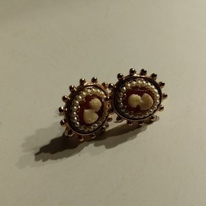 Jewelry - Vintage clip cameo earrings